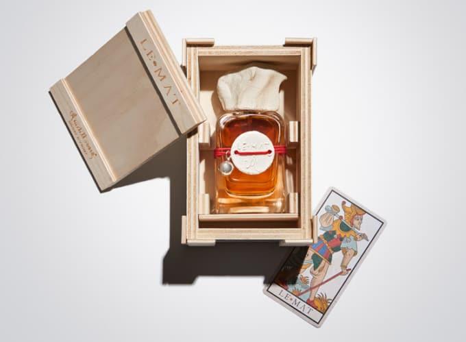 Frasco de cristal de extracto de perfume con tapon de arcilla hecho a mano en caja de madera y con el arcano del loco Mendittorosa Le Mat